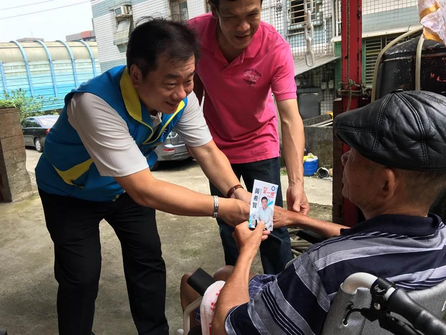 基隆市黨部主委黃希賢(圖左)。(李依璇翻攝)