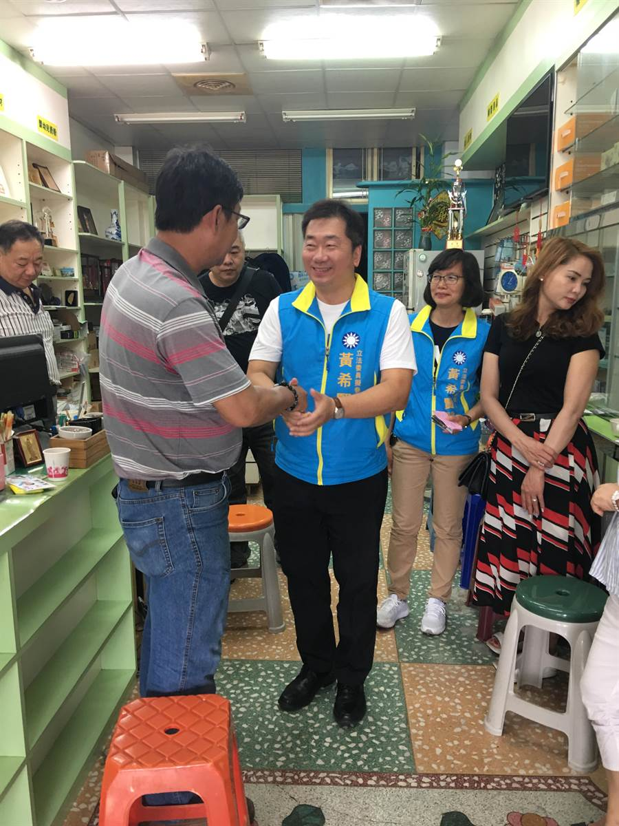 基隆市黨部主委黃希賢(左二)。(李依璇翻攝)