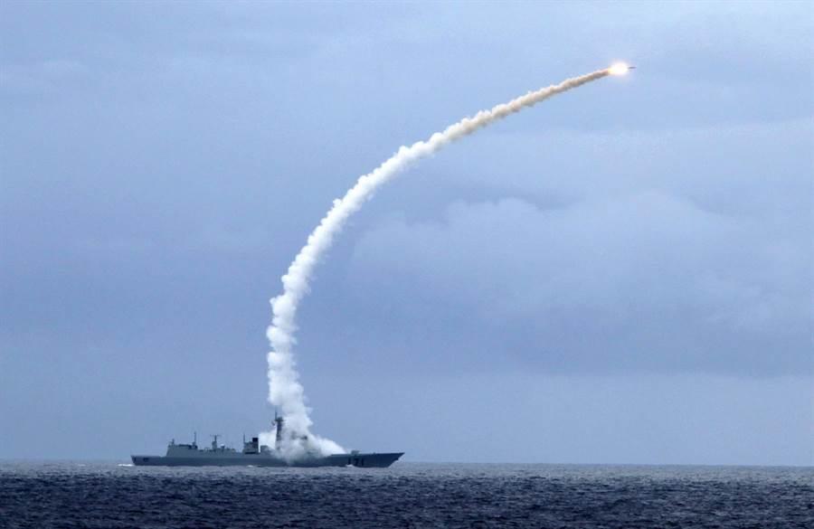 解放軍「海口」艦2010年進行實戰化對抗訓練時,發射對空飛彈攔截來襲目標的資料照(新華社)。