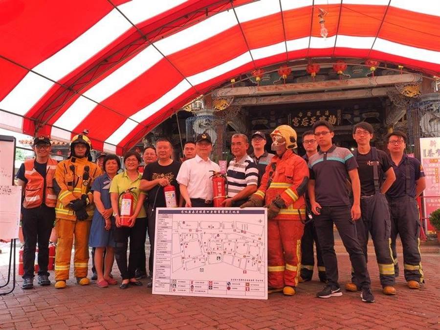 新祖宮及永安宮管理委員會共同捐贈滅火器,並協助建置防災觀光地圖。(謝瓊雲翻攝)