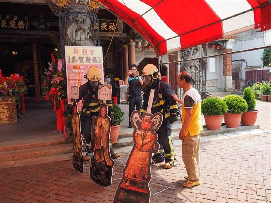 消防人員獲報迅速到場後與廟方人員和附近居民進行工作交接。(謝瓊雲翻攝)