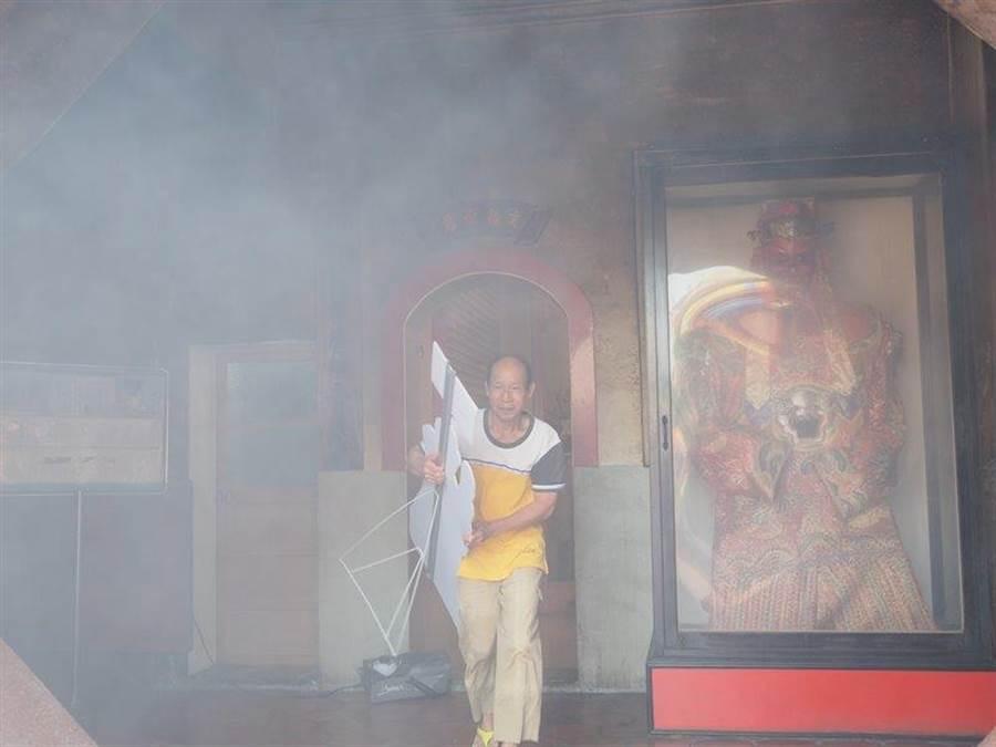 演練中特別加入了文物搶救班,第一時間將宮廟中的神像及重要文物搬離起火建築,以保存宮廟內重要文物資產。(謝瓊雲翻攝)