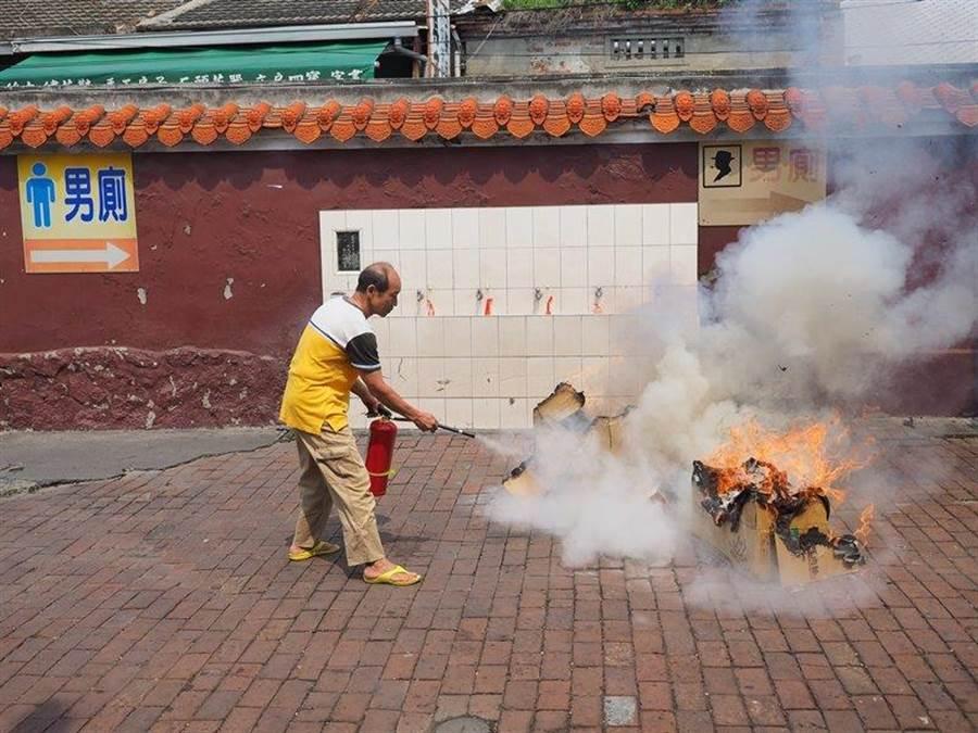 透過演練整合廟方人員、當地居民、消防等單位一起合作,達成自救、共救與公救的目標,提升整體防災的能力。(謝瓊雲翻攝)