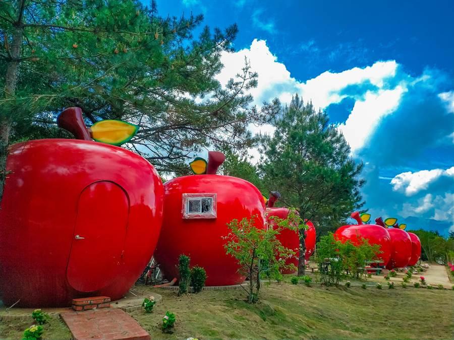 大紅色蘋果屋矗立在翠巒山林間,相當顯眼。(王文吉翻攝)