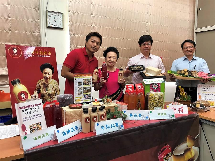 數十年的好味道就藏身在菜市場,台南市政府經濟發展局市場處頒發「傳承獎」、「終身奉獻獎」給多家攤商,幾乎都是經營超過一甲子的老店,也請來兩家攤商展示自家人氣產品。(莊曜聰攝)