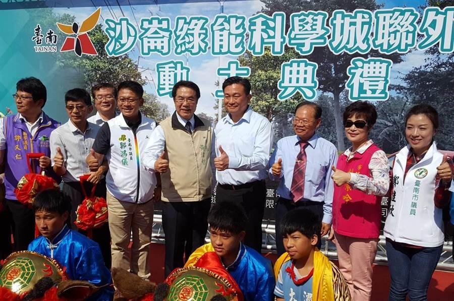 沙崙綠能科學城聯外道路舉行動土典禮,台南市長黃偉哲(上排左五)及工務局長蘇金安(上排右三)到場觀禮。(魏景瀚攝)