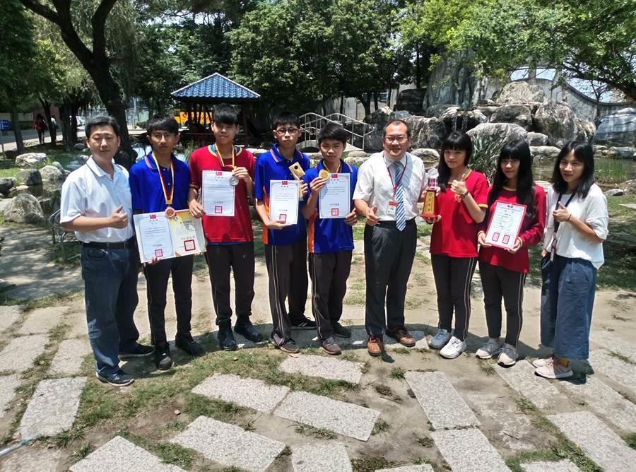 雲林大成商工校長鄒紹騰(右四)到任未久,積極辦學,學生表現優異。(許素惠攝)