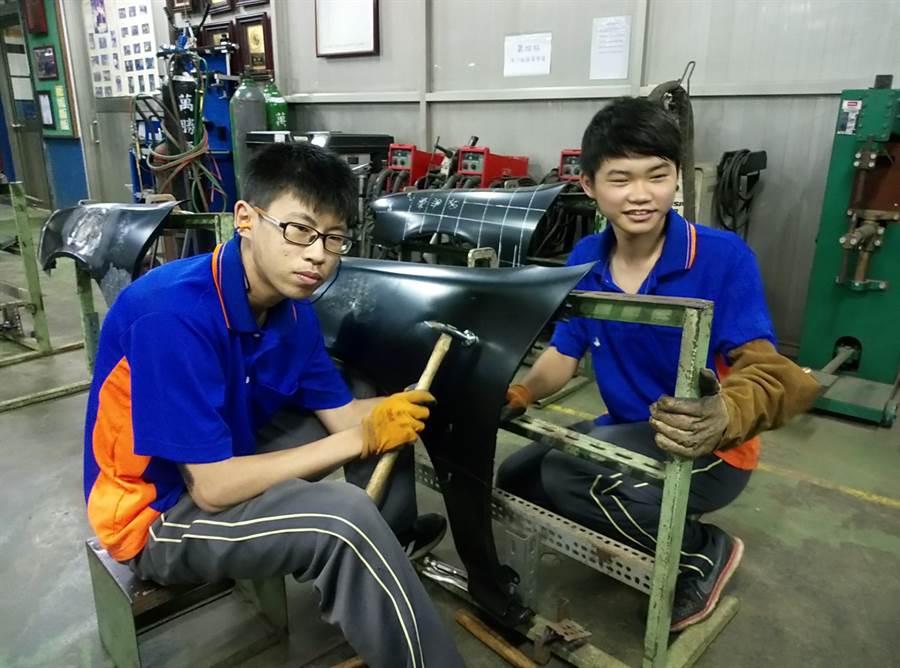 雲林大成商工汽修科二年級潘奇煥(右)家境貧寒,念建教班半工半讀,靠著在校苦練,摘下全國技能競賽鈑金金牌;張元騰國中起就得幫自家車廠修車,獲得鈑金第5名。(許素惠攝)