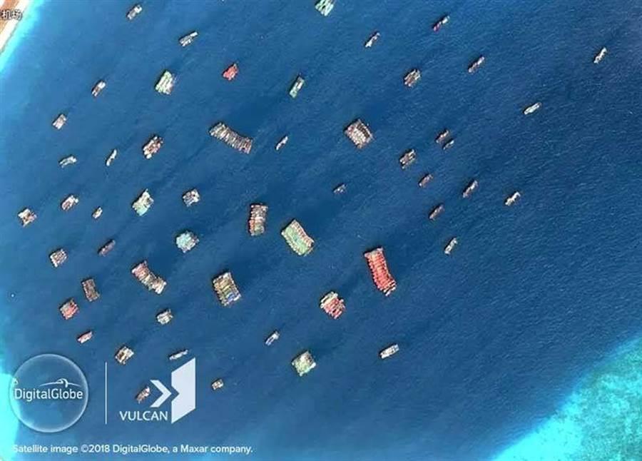 美國衛星圖像公司公布中國大陸在南海島礁附近部署大量「海上民兵」的衛星照。(圖/CSIS)