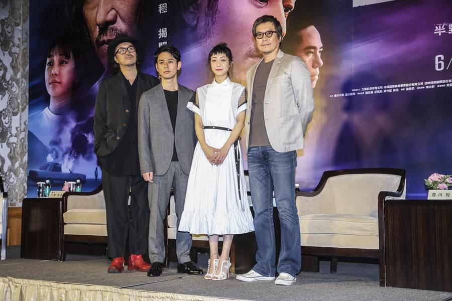 半野喜弘(左起)、妻夫木聰、謝欣穎和豐川悅司盛裝出席記者會。莊立人攝