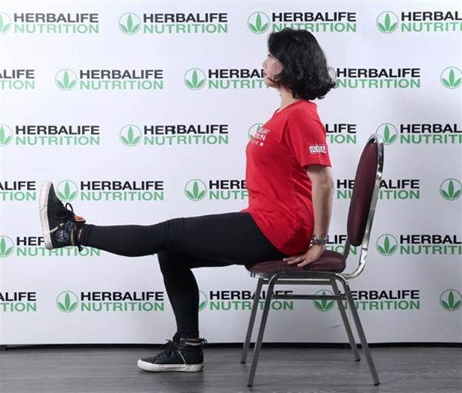 即使坐在椅子上,也可以做交互抬腳運動,訓練肌肉。(圖/賀寶芙)