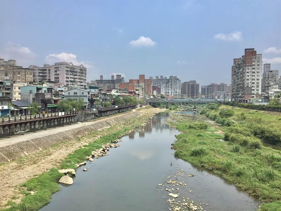 水利署第十河川局29日舉辦「三峽河長福橋段環境改善工程」動工典禮,第一階段針對河床乾涸部分改善,並打造兩岸親水步道。(許哲瑗攝)