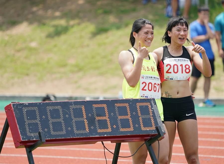謝喜恩(右)以13秒30個人及大會新猷,順利獲得108全大運田徑公開女子組100公尺跨欄金牌。(大會提供)