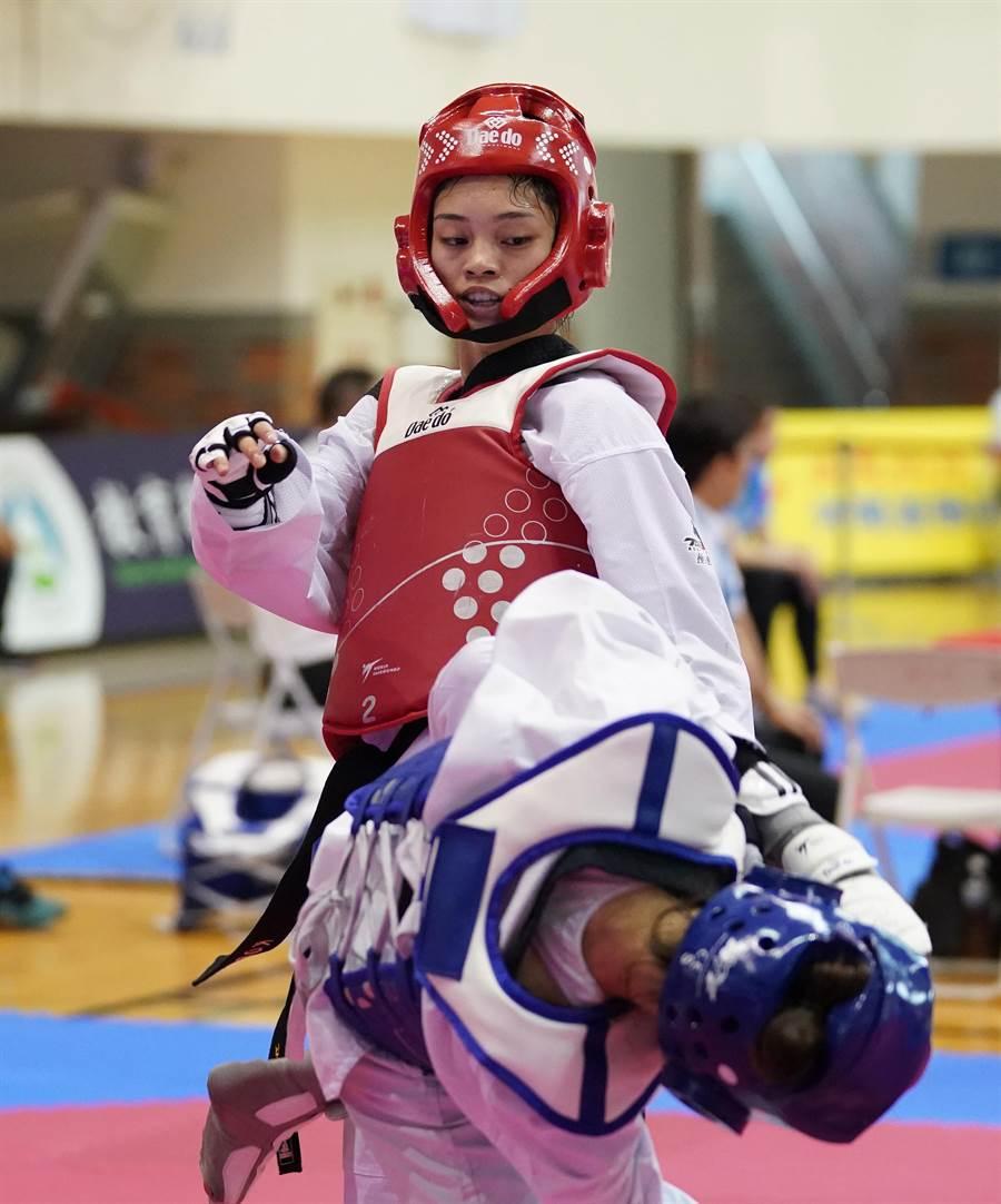 蘇柏亞(後)贏得108全大運跆拳道公開女子組53公斤級金牌,完成2連霸。(大會提供)