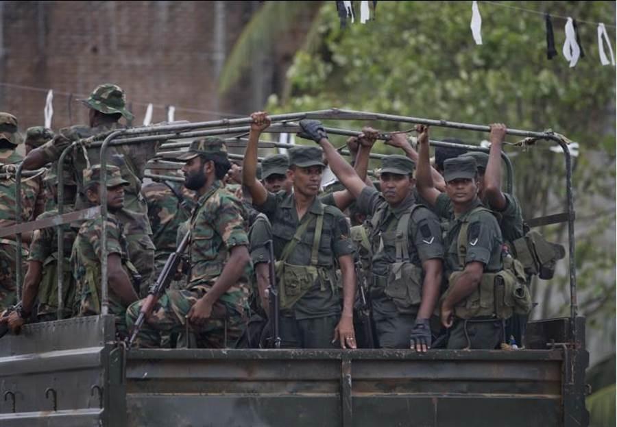 斯里蘭卡當局為捉拿復活節恐攻嫌犯,派出重兵突襲激進伊斯蘭組織NTJ的據點。(美聯社)