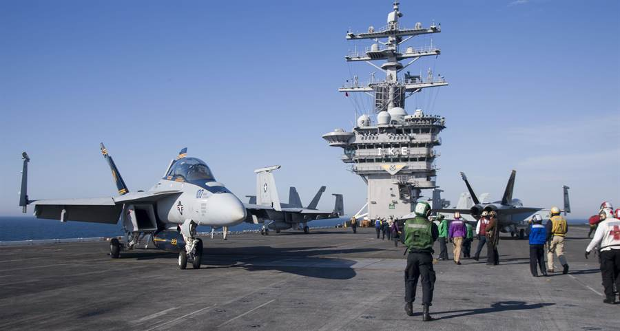 美海軍艾森豪號航空母艦被伊朗無人機抵近偵察並拍攝影片,雖然伊朗無人機並無攻擊武器,但航母戰鬥群的護衛艦雷達很難分辨無人機是否載有武器。圖為艾森豪號。(圖/美國海軍)