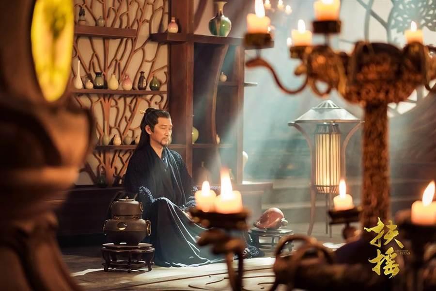 王勁松在《扶搖》中飾演天權國皇帝長孫迴。(中天提供)