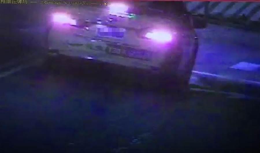 警方調閱監視器發現,黎姓女高中生與林姓男子搭計程車前往新北市中和區。(葉書宏翻攝)