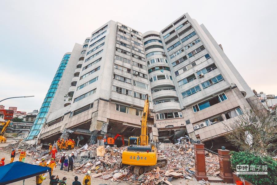 2018年2月6日花蓮大地震,搜救隊於雲門翠堤漂亮生活旅店搜索,圖為雲門翠堤倒塌情形。(本報資料照片)