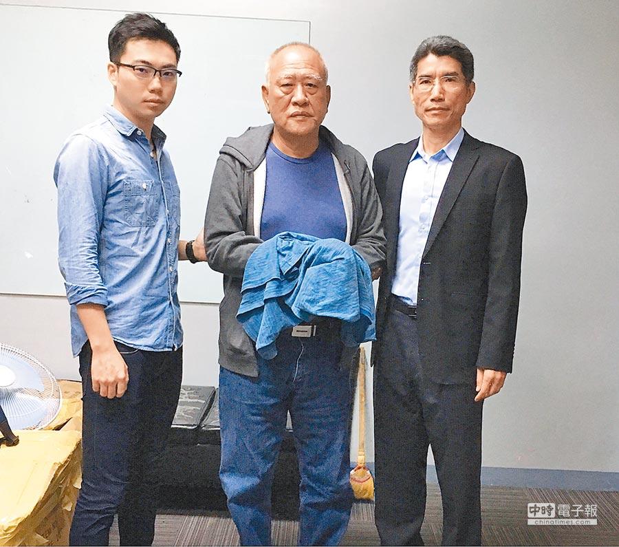 吳健保(中)逃亡菲國5年被押解回台,現請求改准易科罰金,遭高院駁回。(菲律賓移民局人員提供)