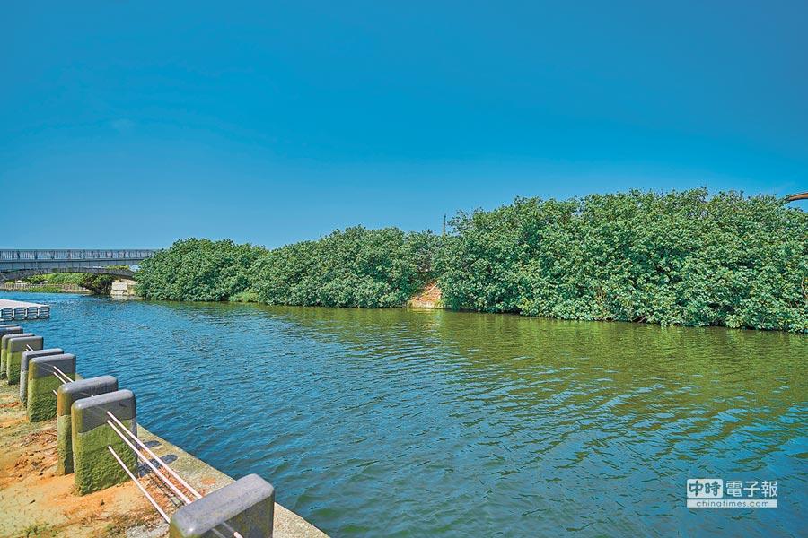 新竹市政府投入8000萬前瞻經費改造的「港南運河親水再造計畫」工程已近完工,暑假前即能重現港南運河與無敵海景風光。(陳育賢攝)