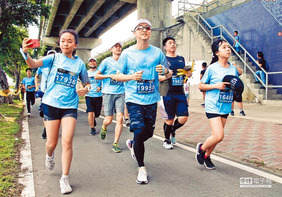 庾澄慶(前排中)昨為世界地球日起大早參加路跑活動。(羅永銘攝)