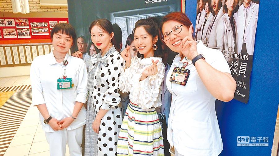 李杏(左二起)、劉倩妏出席《生死接線員》台中榮總特映試片活動,與院內的協調師合影。