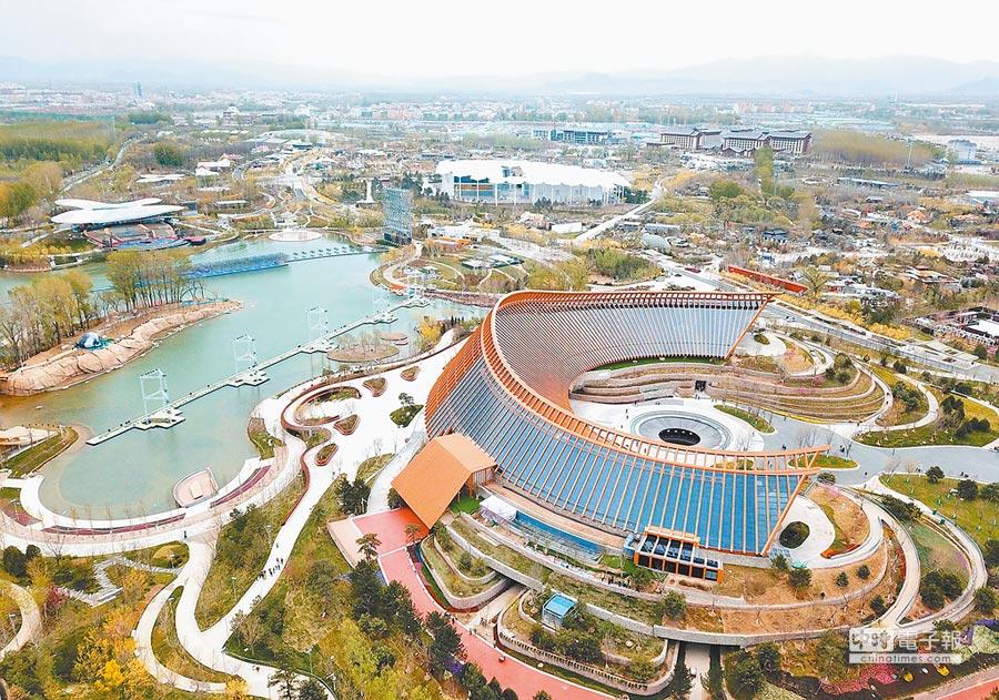 大陸盼與各國共同建設美麗地球家園。圖為今日登場的北京世園會中國館一景。(中新社)