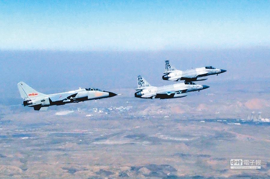 天山雄鷹參加中巴聯訓,與巴基斯坦「梟龍」戰機混編出擊。(中新社資料照片)