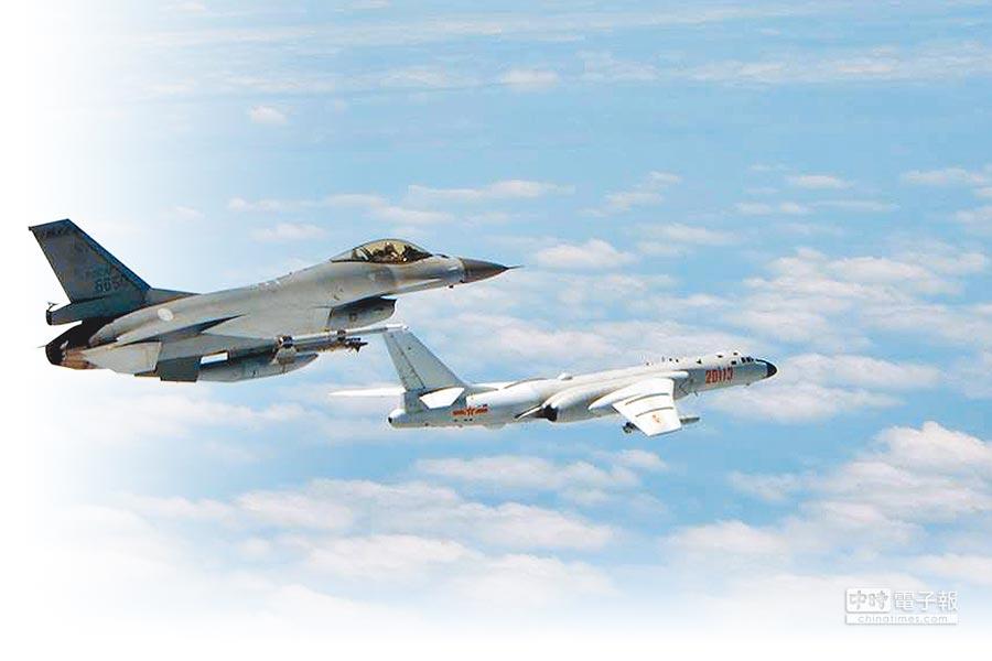 2018年5月11日,F-16戰機(左)升空監控解放軍機機轟6K(右)的畫面。(空軍司令部提供)