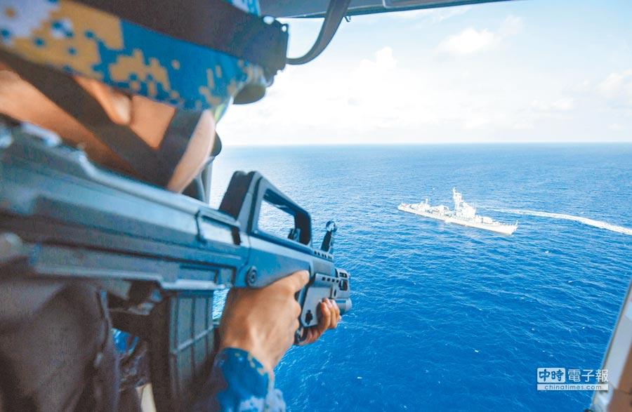 解放軍西沙海域的南海艦隊遠海訓練編隊,在空中實施警示射擊。(中新社資料照片)