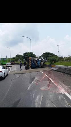 混凝土車國道翻覆 駕駛受困獲救出