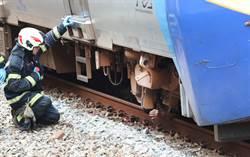 台鐵埔心站 旅客落軌卡在列車下