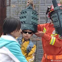 熊孩子頭卡這樂器裡 消防員看到也驚呆了!