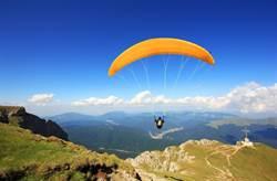 超驚險!滑翔傘飛行員突遇塵捲風「伴沙空中轉」