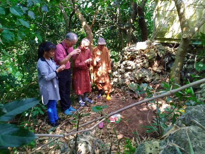 恆春文史工作者念吉成(左二)近日發現排灣族龜仔角社舊部落的石棺遺址。(謝佳潾攝)