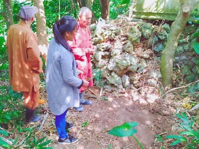 恆春文史工作者念吉成近日發現排灣族龜仔角社舊部落的石棺遺址。(謝佳潾攝)