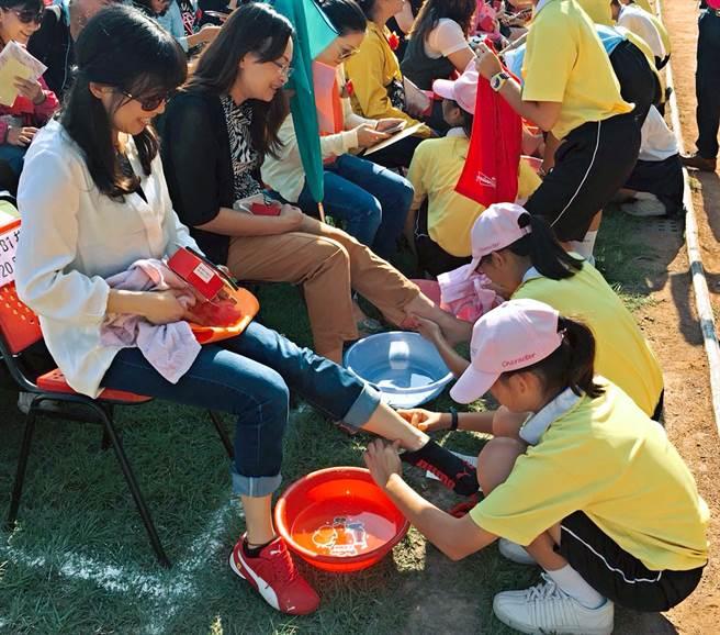 母親節將至,南榮國中29日舉辦「母親節洗腳謝恩活動」,有563名學生為長輩洗腳按摩,用行動感謝長輩養育之恩。(潘建志攝)