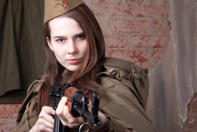 二戰時蘇聯女兵為何穿裙子上戰場?