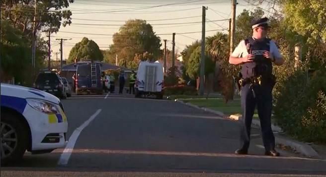 紐西蘭警方在基督城的菲利普鎮發現可疑包裹,派出極大量的警力封鎖當地,已逮捕一名嫌犯。(圖/路透社)