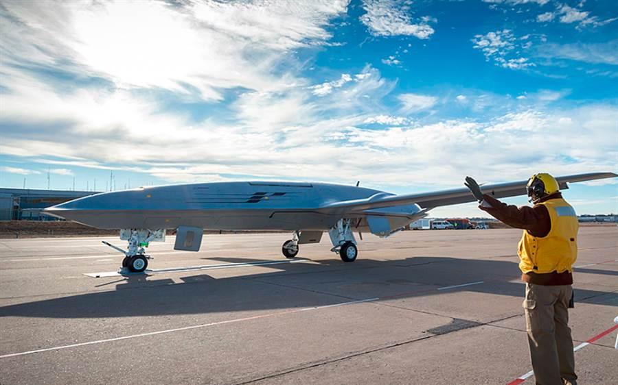 MQ-25與F-35C空中無人加油機將帶來航母戰術上的大改變,美最新福特級航母正在為這些新武器進行改造與系統整合。(圖/波音公司)