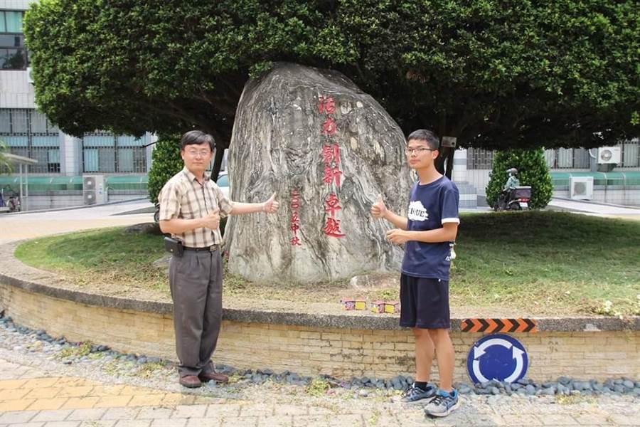 善化高中創校首位75滿級分生楊湛(右)獲成功大學醫學系繁星錄取,全校師生均與有榮焉。(劉秀芬翻攝)