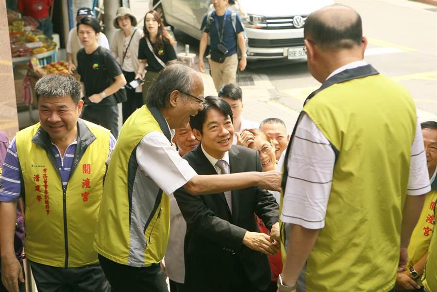 行政院前院長賴清德30日到關渡宮參拜,受到支持者列隊歡迎。(張鎧乙攝)