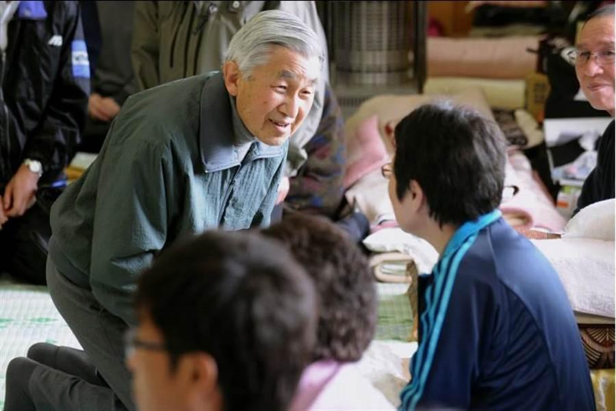 日皇明仁2011年5月6日跪地,慰問日本北部岩手縣釜石避難所因強震受影響的災民。(美聯社)
