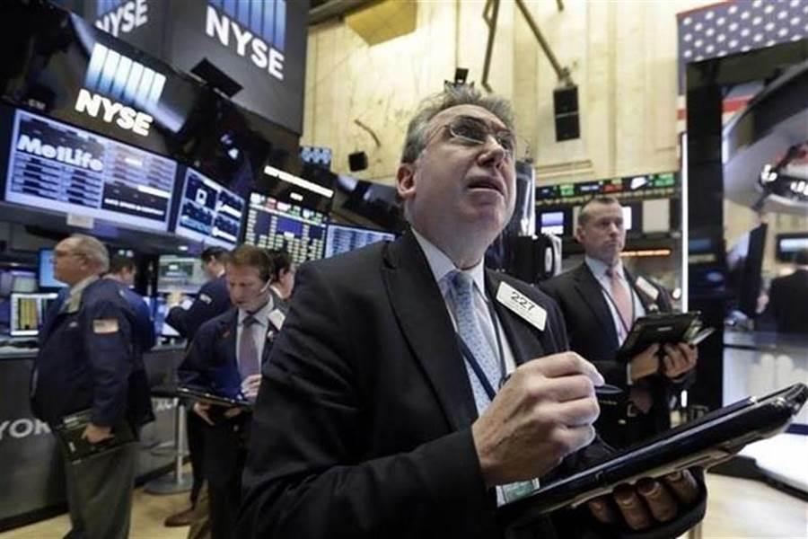 美股劇烈波動,今年仍面臨不少風險。(美聯社資料照片)