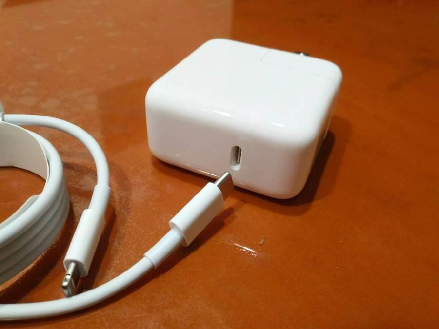 iPhone 8、iPhone X以及之後的新款iPhone,都可支援快速充電,但需要額外購買USB Type-C(或稱USB-C)to Lighting充電線以及支援USB-C PD的轉接頭。(圖/網友提供)