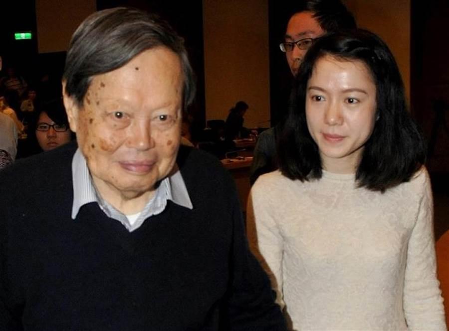 圖為2015年台大邀請諾貝爾物理獎得主楊振寧博士授頒名譽理學博士,演講後楊振寧博士與夫人翁帆一同離去。(資料照片 陳君瑋攝)