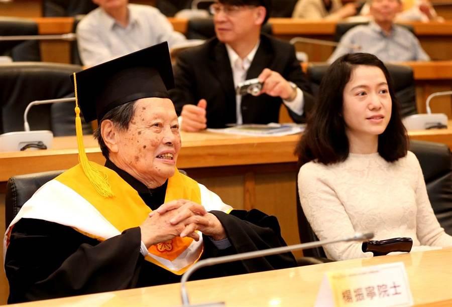 圖為2015年諾貝爾物理學獎獲得者楊振寧獲頒台灣大學名譽理學博士學位。圖為楊振寧與太太翁帆出席頒授典禮。(資料照片 中新社)