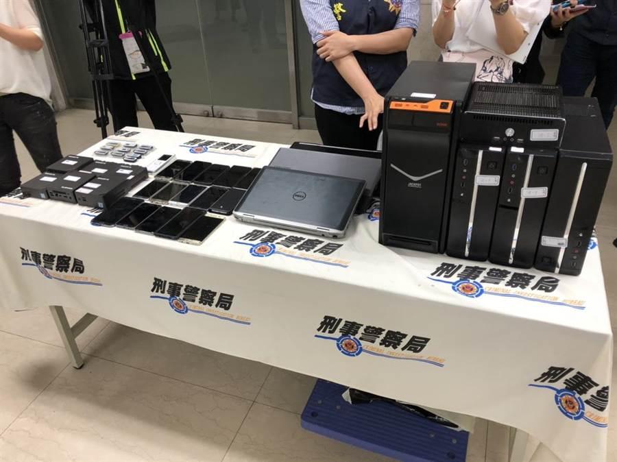 警方在韓國嫌犯住處查扣手機、筆電、OTP、隨身碟、租賃契約書等贓證物。(林郁平攝)