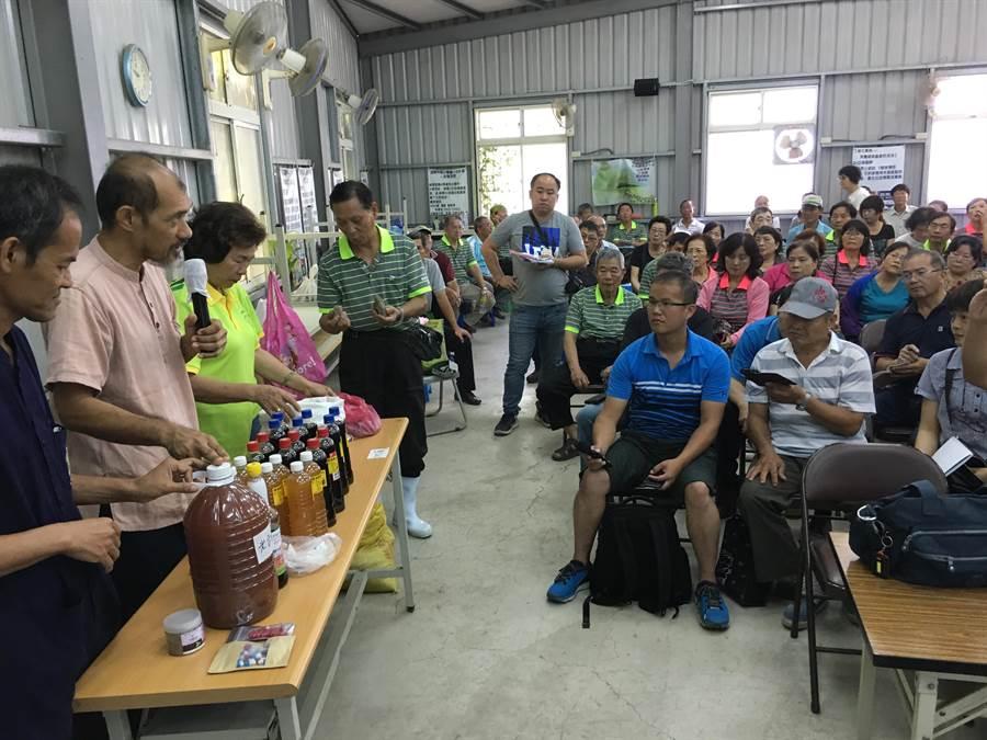 泰國菌種教父文龍(左)及馬哈(左二)到嘉義市社區大學自然農法班講授土著菌的技術。(廖素慧攝)